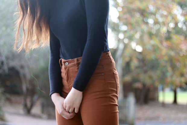 forcast-turtle-neck-brown-jeans